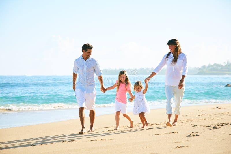 Famiglia felice sulla spiaggia immagini stock