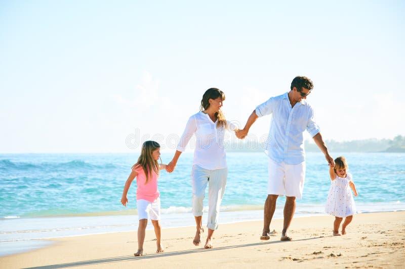 Famiglia felice sulla spiaggia fotografie stock