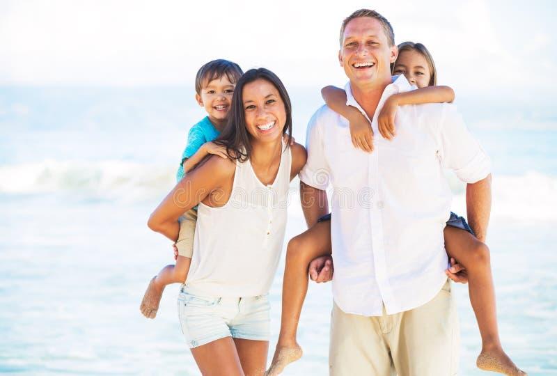 Famiglia felice sulla spiaggia fotografia stock libera da diritti