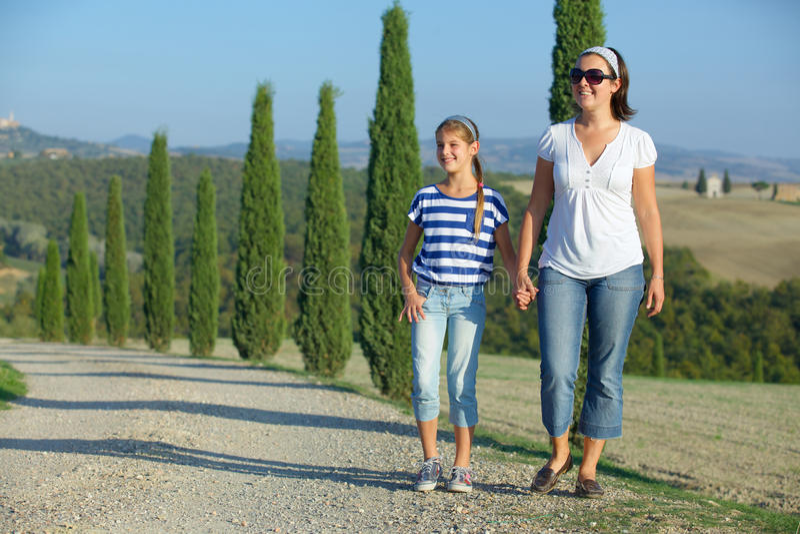 Famiglia felice in Toscano immagini stock