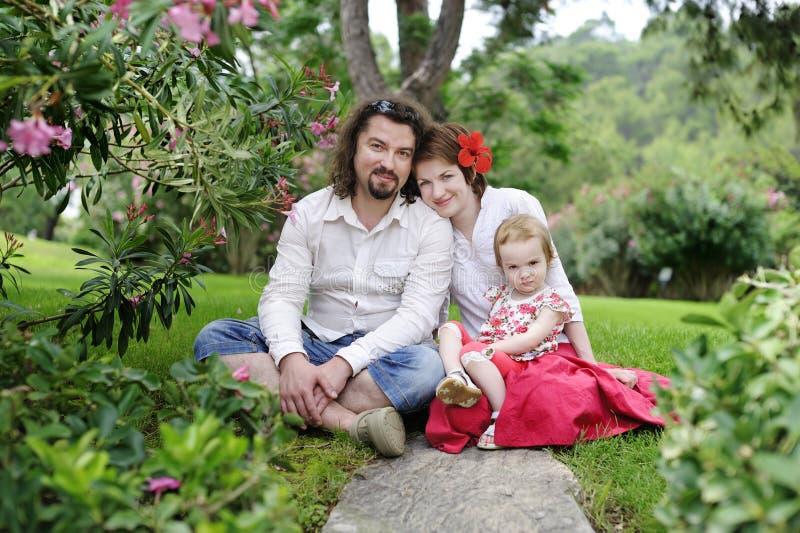 Famiglia felice in un paesaggio tropicale immagine stock libera da diritti