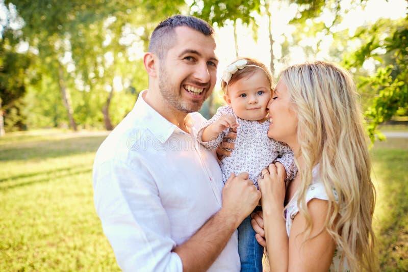Famiglia felice in un parco in autunno di estate fotografie stock