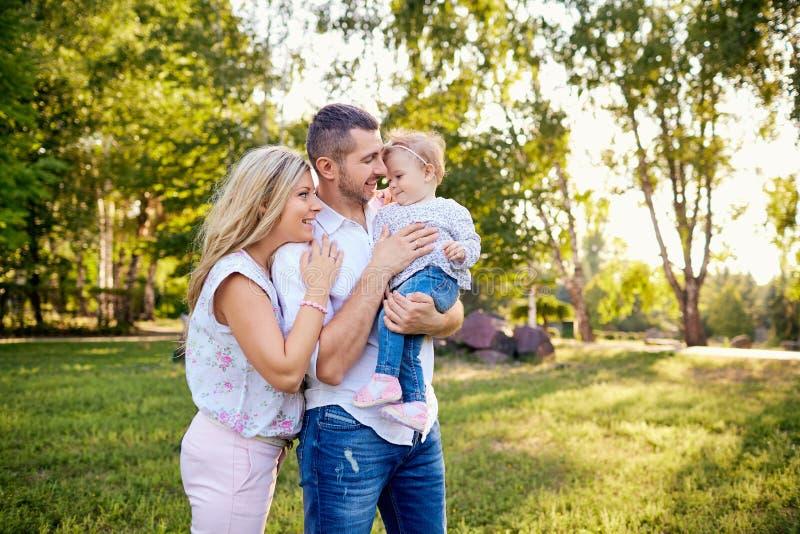 Famiglia felice in un parco in autunno di estate fotografia stock libera da diritti