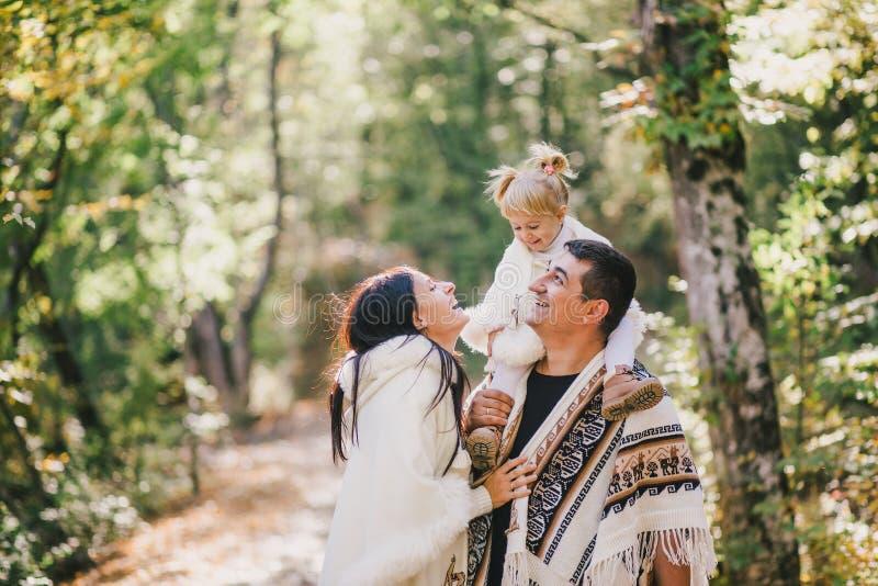 Famiglia felice in una foresta di autunno fotografia stock libera da diritti