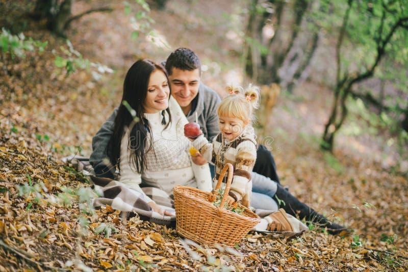 Famiglia felice in una foresta di autunno fotografie stock libere da diritti
