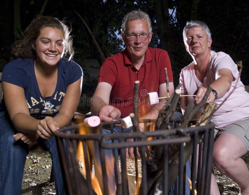 Famiglia a fuoco di accampamento immagini stock libere da diritti