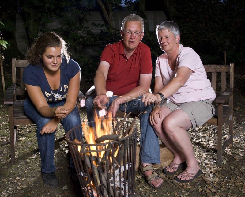 Famiglia a fuoco di accampamento fotografia stock
