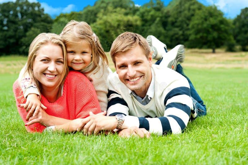 Famiglia gioiosa in una sosta che gode del giorno fuori immagini stock libere da diritti