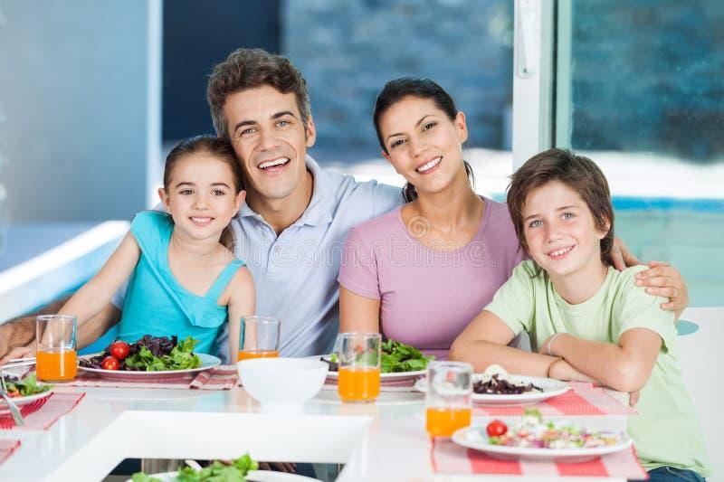 Famiglia in grande casa immagini stock libere da diritti