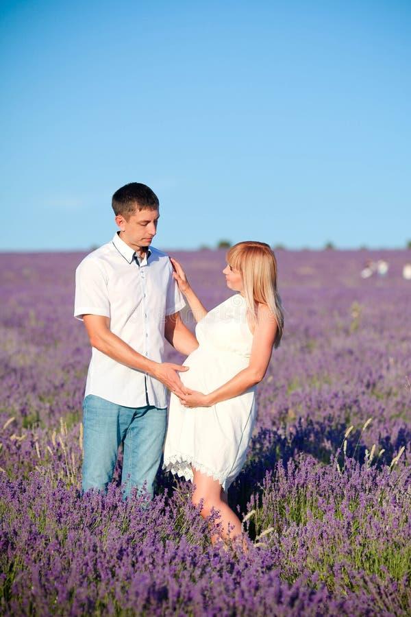 Famiglia incinta felice in vestiti bianchi immagini stock