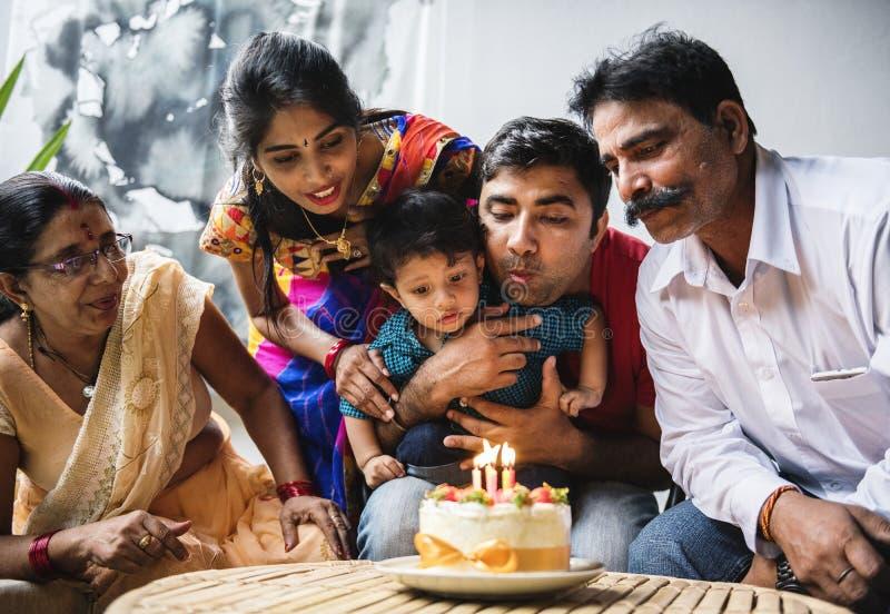 Famiglia indiana che celebra una festa di compleanno fotografie stock libere da diritti