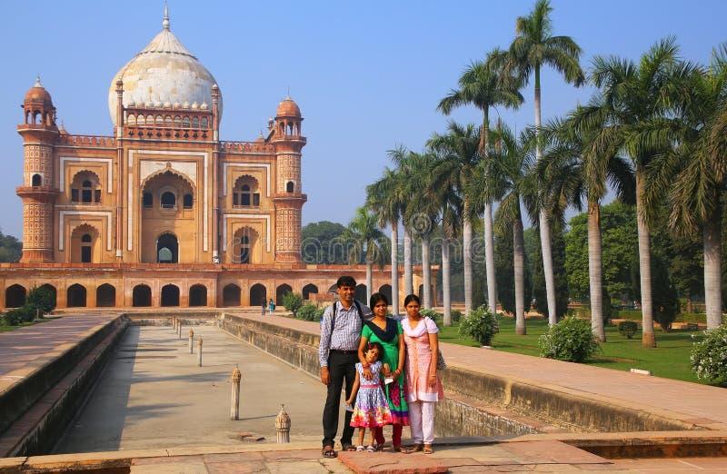 Famiglia indiana che sta davanti alla tomba di Safdarjung in nuovo Del immagine stock libera da diritti