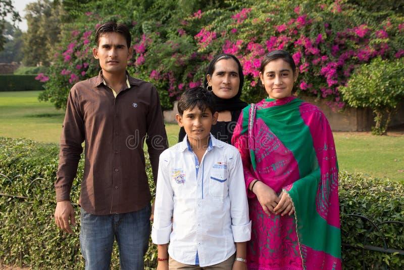 Famiglia indiana che sta a Qutub Minar, Delhi, India fotografia stock