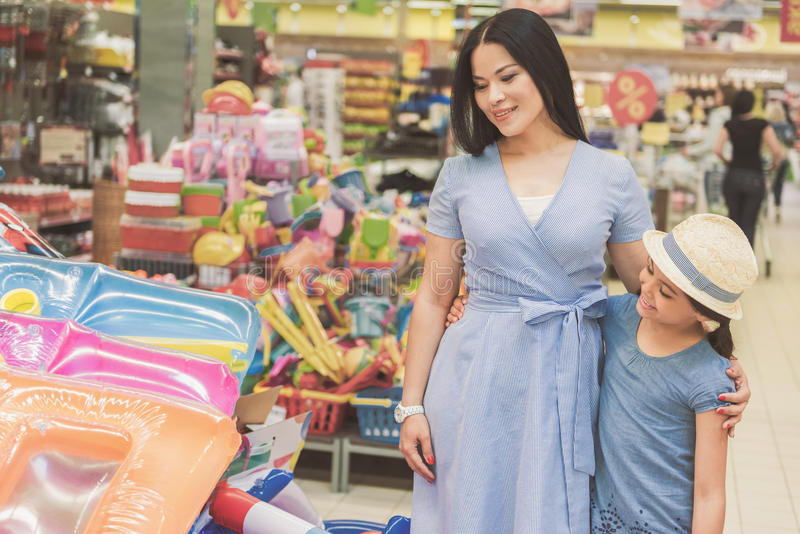 Famiglia interessata che sceglie le merci in negozio fotografia stock libera da diritti