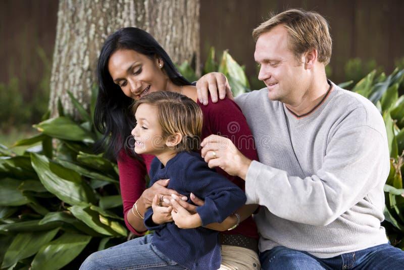 Famiglia interrazziale con il ragazzo anziano quinquennale sveglio fotografia stock libera da diritti