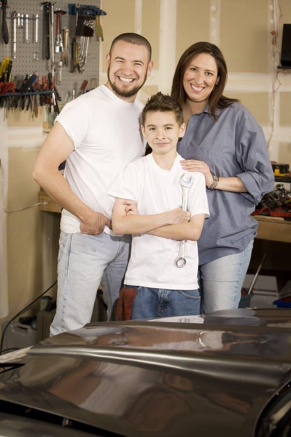 Famiglia ispanica in garage immagini stock