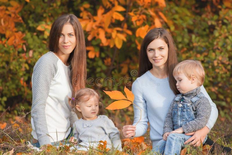 Famiglia lesbica alternativa con il outdoo delle madri, del derivato e del ragazzo immagine stock