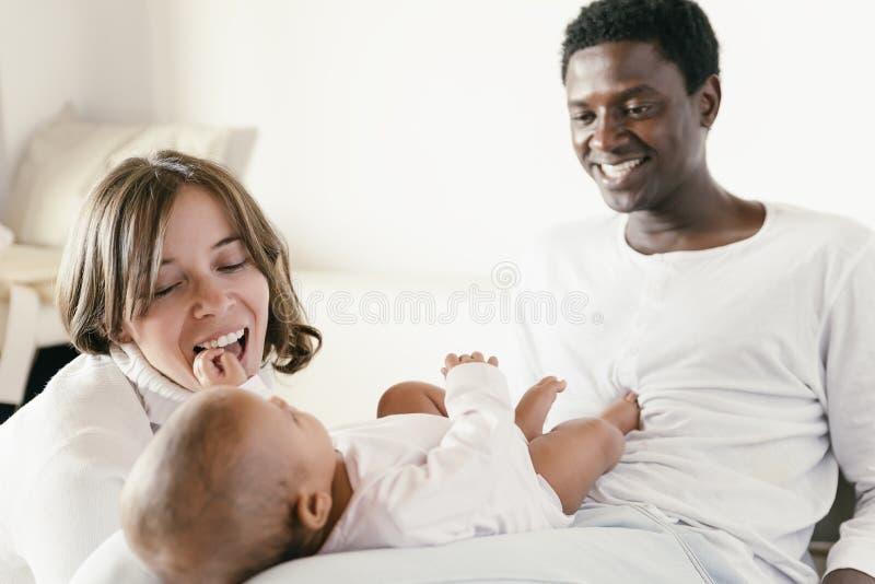 Famiglia, madre, padre e bambino felici fotografia stock