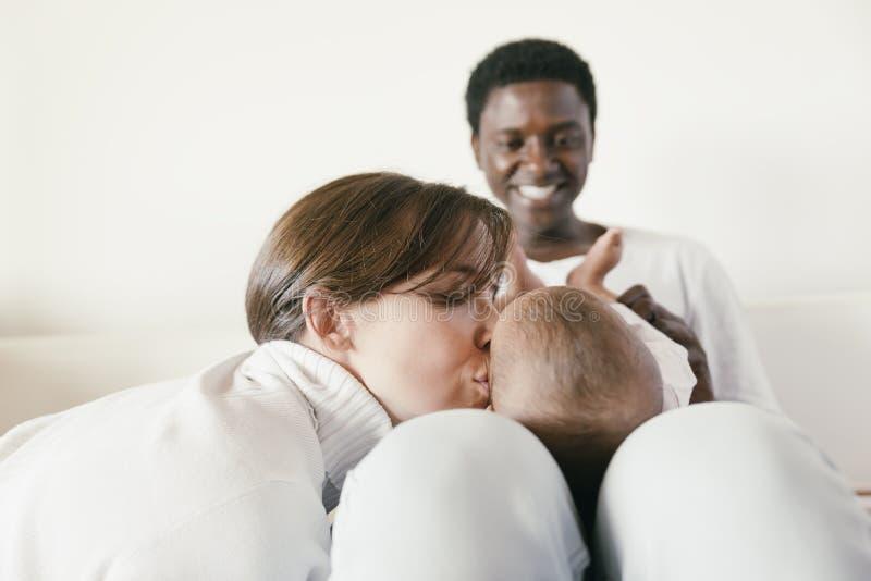 Famiglia, madre, padre e bambino felici fotografia stock libera da diritti