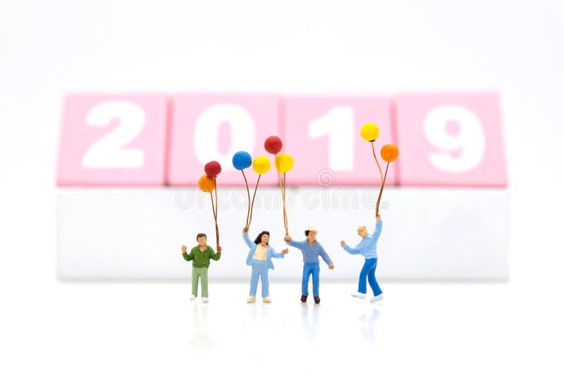 Famiglia miniatura, bambini che tengono pallone variopinto Uso di immagine per il giorno internazionale delle famiglie, buon anno fotografie stock