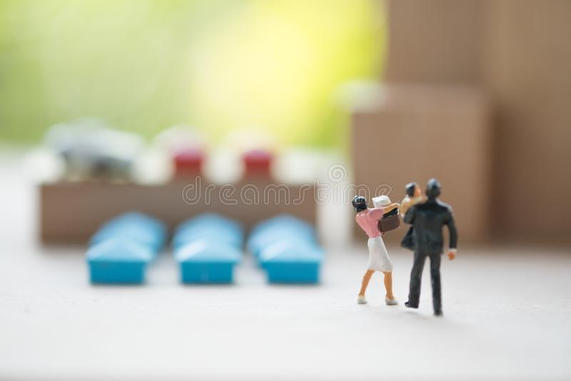 Famiglia miniatura che esamina casa come proprietà concetto di decisione comprare una proprietà residenziale immagini stock libere da diritti
