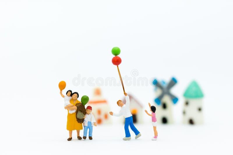 Famiglia miniatura: Il pallone di gioco dei bambini insieme Uso di immagine per il giorno internazionale del fondo del concetto ' fotografia stock