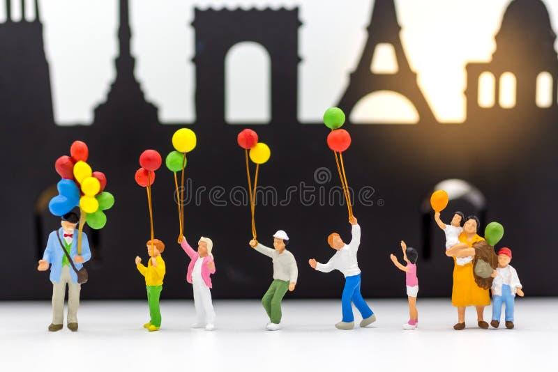 Famiglia miniatura, uso di immagine per il giorno internazionale del fondo delle famiglie immagini stock libere da diritti