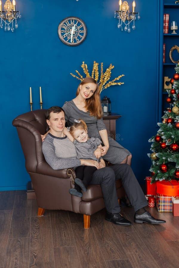 Famiglia molto allegra e bella nella stanza del nuovo anno immagini stock