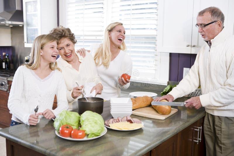 Famiglia Multi-generazionale Che Fa Pranzo In Cucina Fotografia Stock