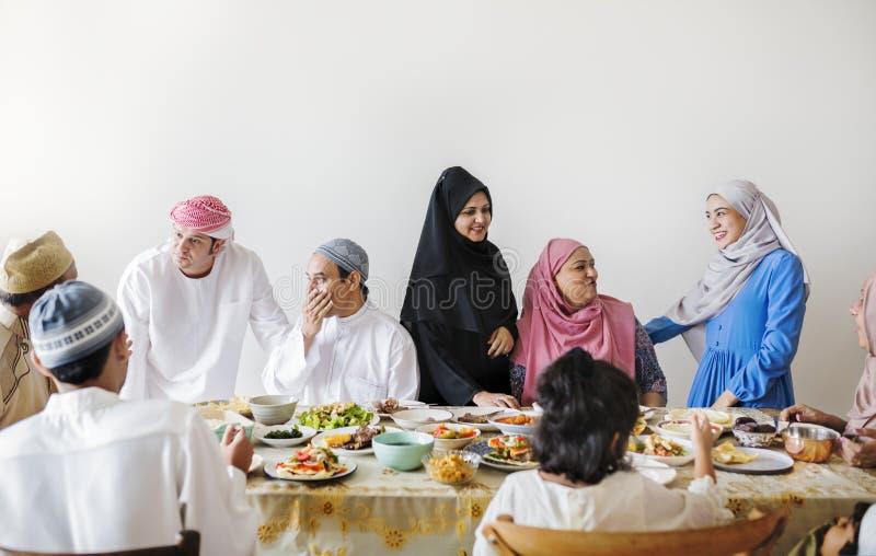 Famiglia musulmana che ha una festività del Ramadan fotografie stock libere da diritti