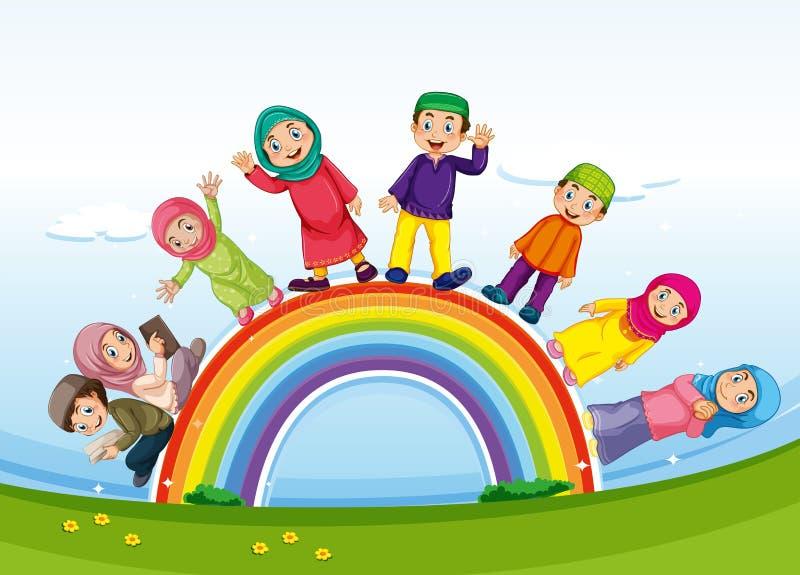 Famiglia musulmana che sta sull'arcobaleno royalty illustrazione gratis