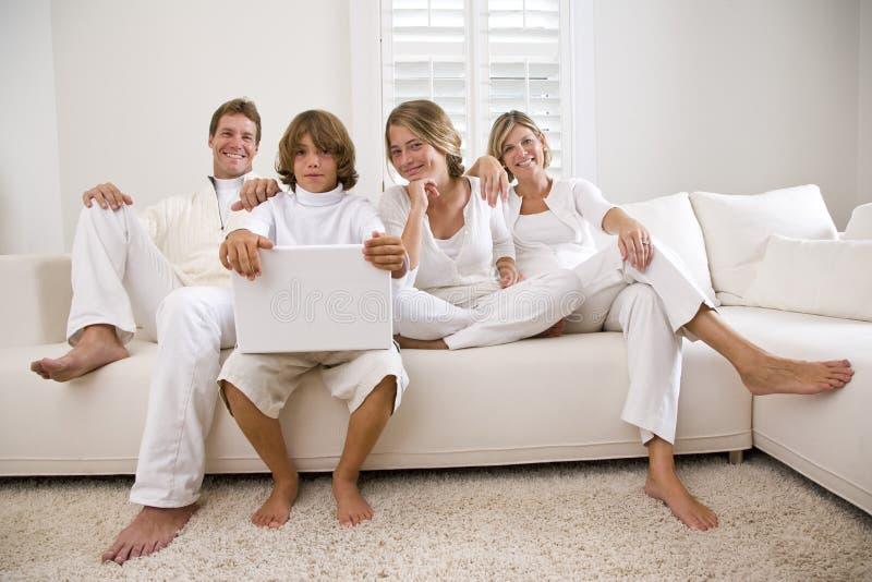 Famiglia nel bianco sul sofà bianco fotografie stock libere da diritti