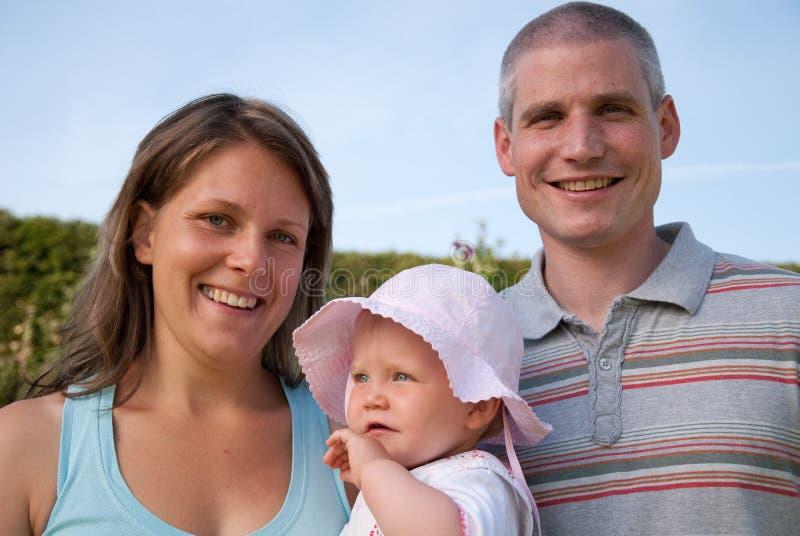 Famiglia nel giardino fotografie stock libere da diritti