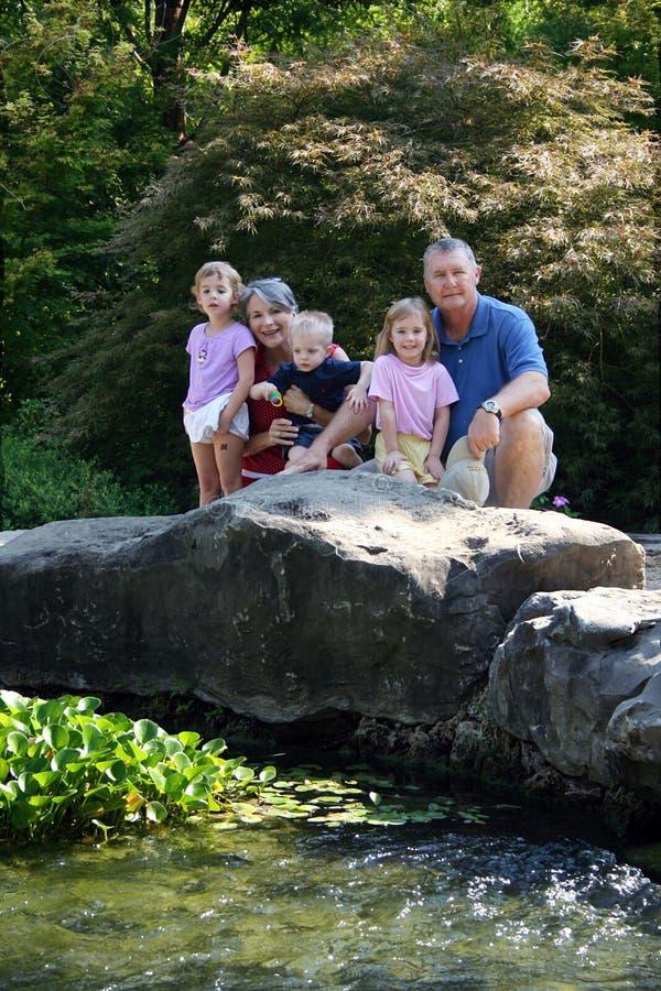 Famiglia nel giardino immagine stock libera da diritti