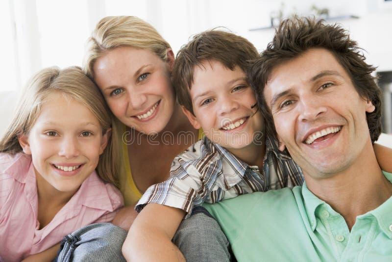 Famiglia nel sorridere del salone fotografie stock libere da diritti