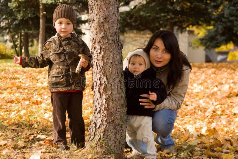 Famiglia nella campagna di autunno fotografia stock libera da diritti