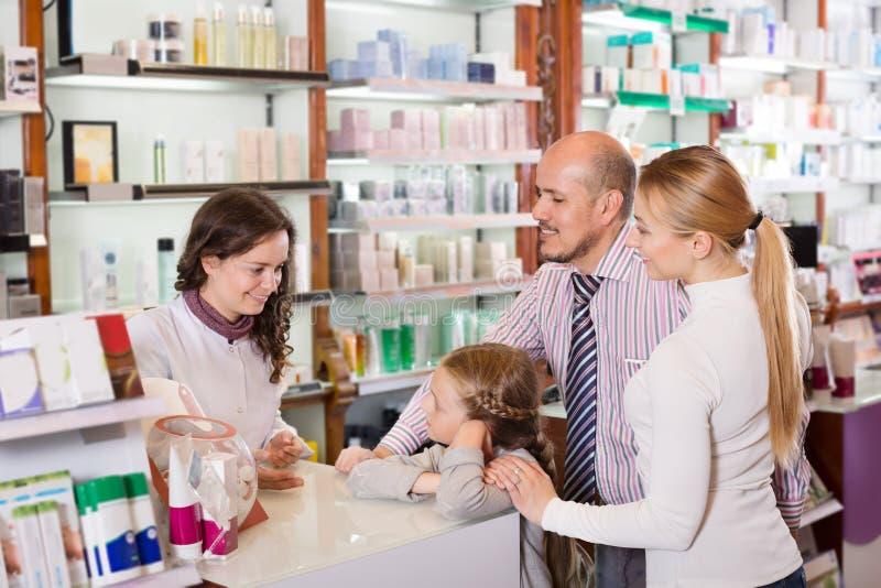 Famiglia nella farmacia fotografie stock
