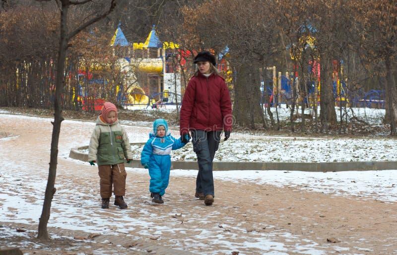 Famiglia nella sosta della città fotografia stock