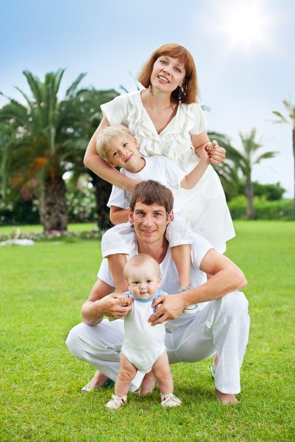 Famiglia nella sosta di estate fotografie stock