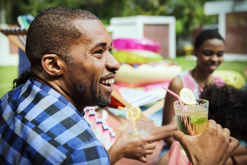 Famiglia nera che gode insieme dell'estate al cortile fotografia stock libera da diritti