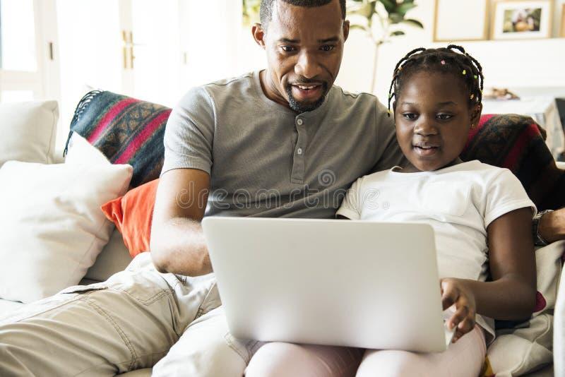 Famiglia nera che spende insieme tempo immagini stock libere da diritti