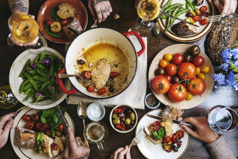 Famiglia numerosa cenando ad una tavola fotografia stock libera da diritti