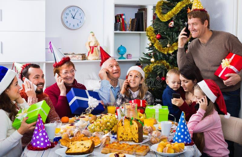 Famiglia numerosa che gode della loro società durante la cena di Natale immagine stock