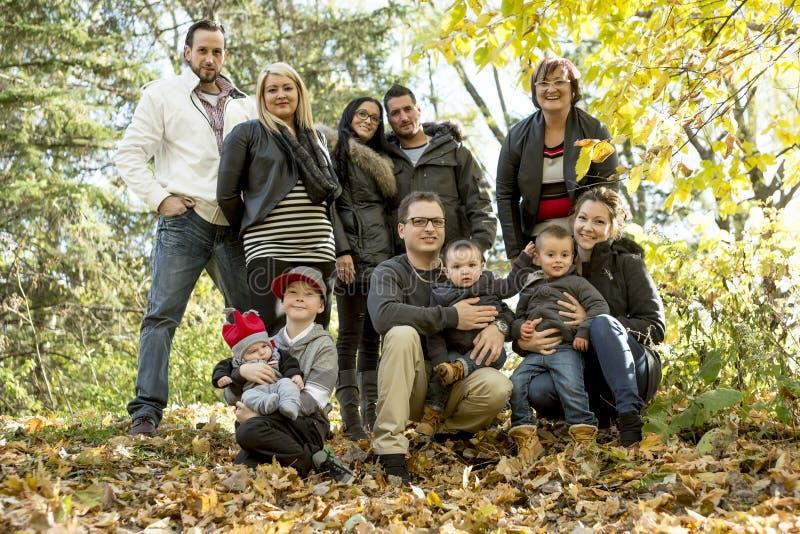 Famiglia numerosa felice con i bambini nel parco di autunno fotografie stock