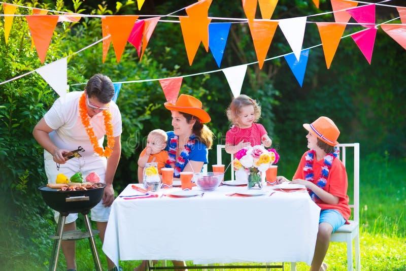 Famiglia olandese che ha partito della griglia fotografia stock