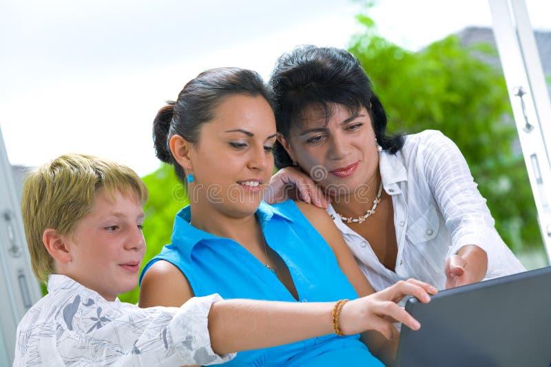 Famiglia online fotografia stock libera da diritti