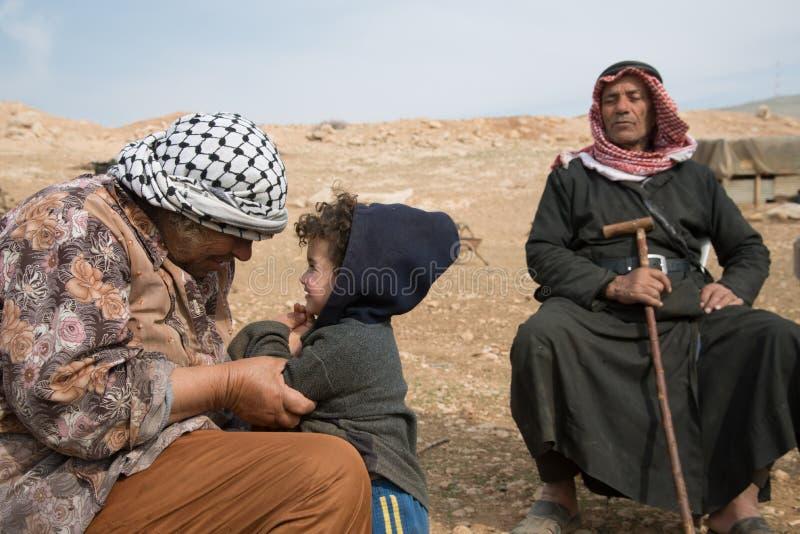 Famiglia palestinese nel villaggio di Jordan Valley della Cisgiordania immagine stock