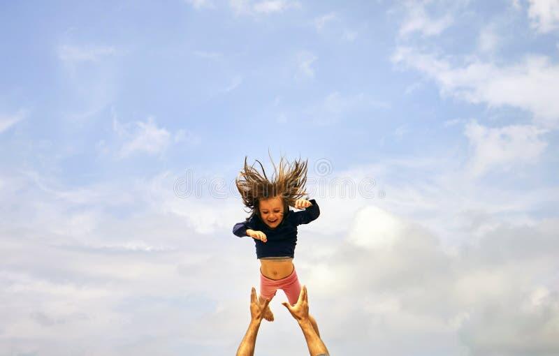 Famiglia, paternità e concetto di paternità - giovane padre sorridente felice con il piccolo bambino sopra cielo blu fotografia stock