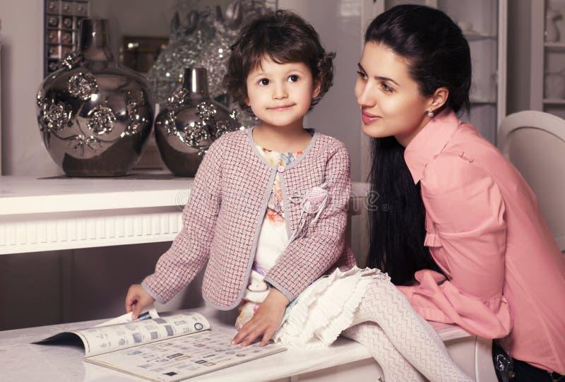 famiglia portrait.mother con la bambina 5 anni fotografie stock libere da diritti