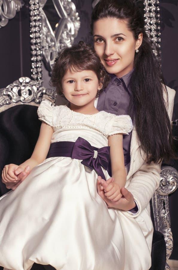 Famiglia portrait.mother con la bambina 5 anni fotografia stock libera da diritti